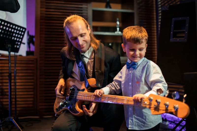 Гитарист из кавер группы Жар-Птица играет соло на Юбилее