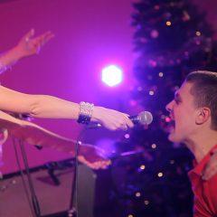 Живая музыка на Новогоднем выступлении кавер группы
