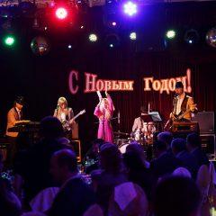 Кавер группа выступает на Новогоднем празднике