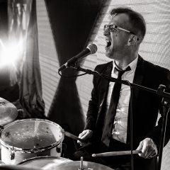 Барабанщик кавер группы на Новогодней вечеринке